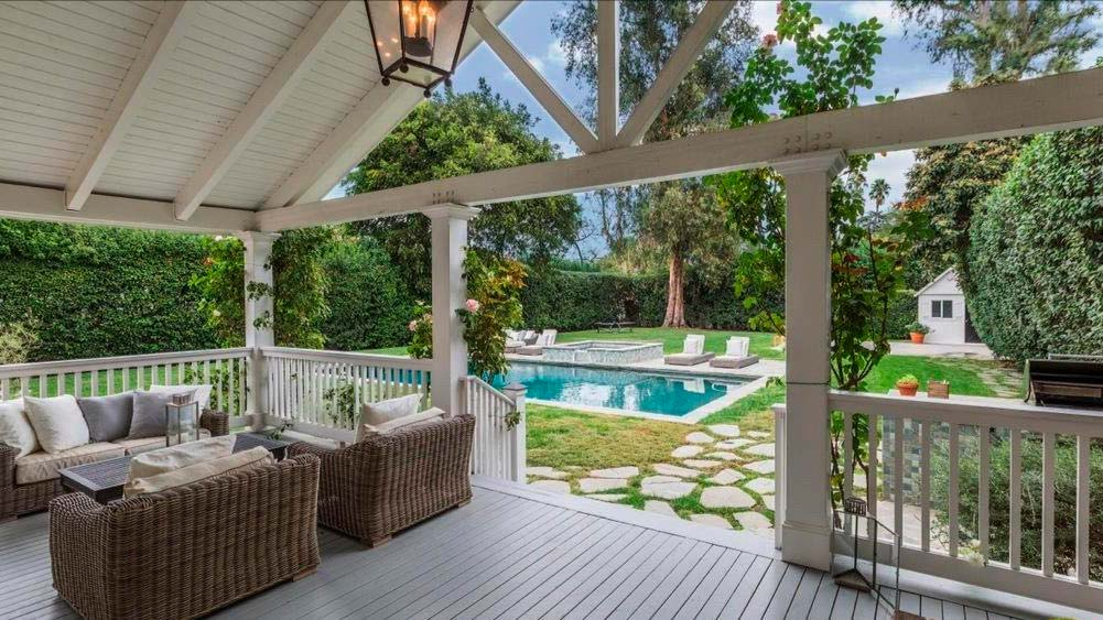 Веранда у дома с видом на бассейн