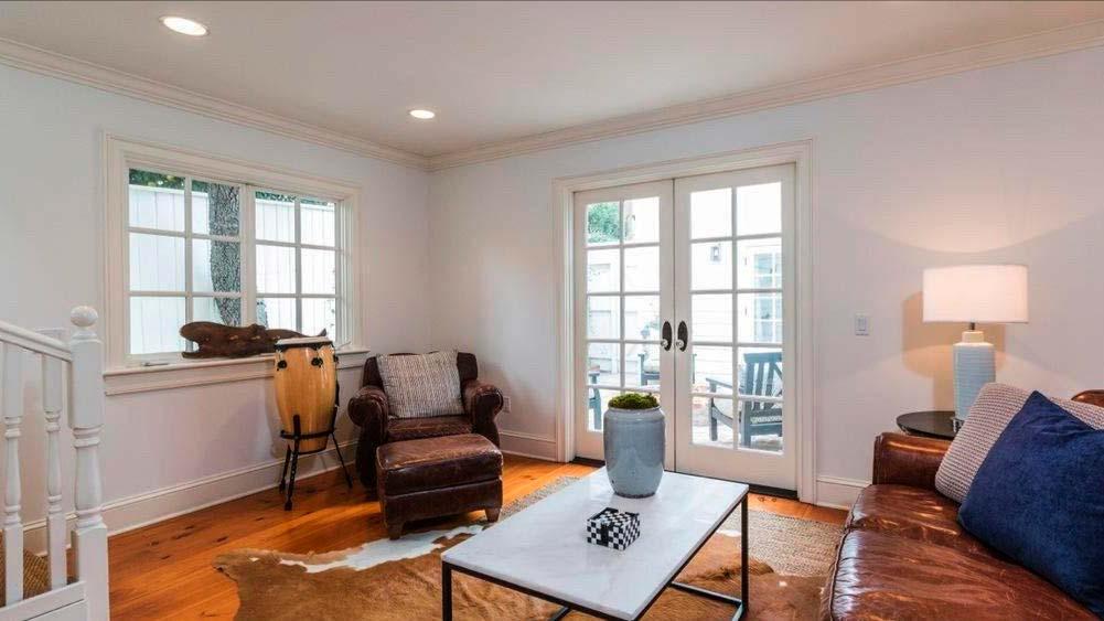 Комната с журнальным столиком, диваном и креслом