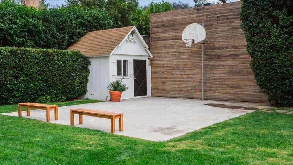Баскетбольная площадка на заднем дворе