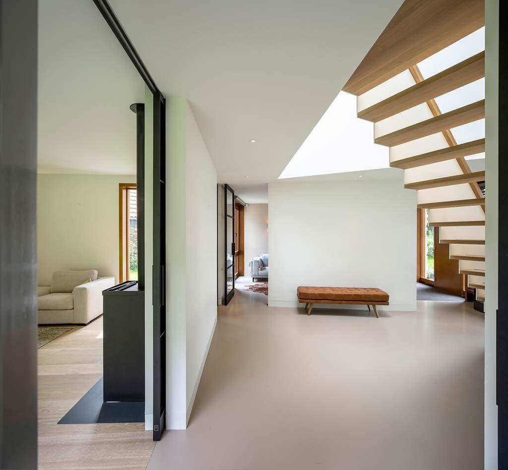 Комната с лестницей в стиле минимализм от Moke Architecten