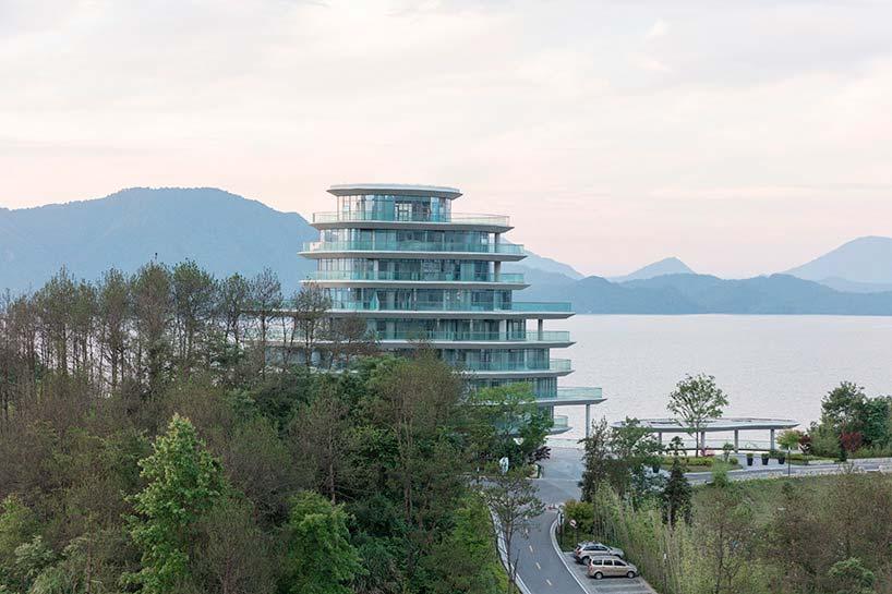 Горная деревняна берегу озера Тайпинг от MAD Architects