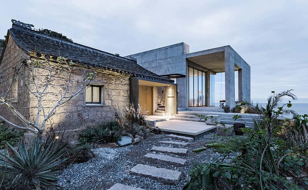 Современный дом из руин на острове от Evolution Design