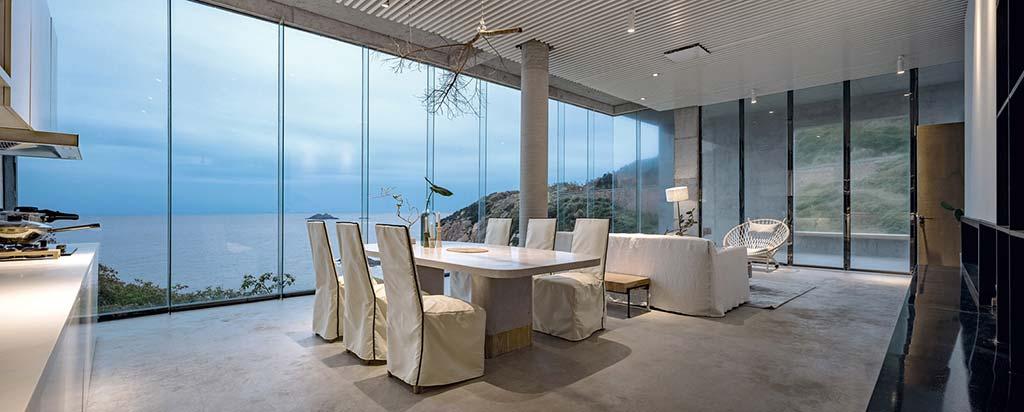 Столовая в доме с видом на море