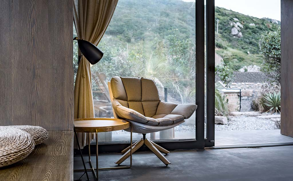 Мягкое кресло в интерьере дома от Evolution Studio