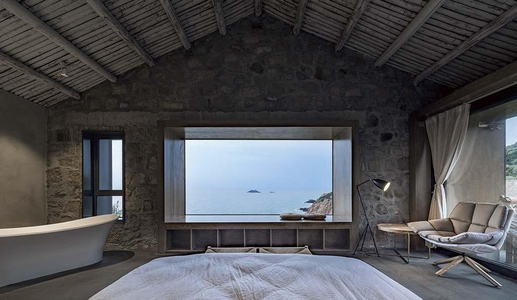 Панорамное окно в спальне с видом на море