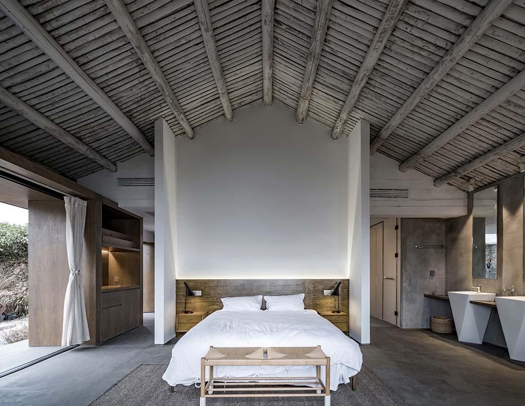 Спальня с потолочными балками