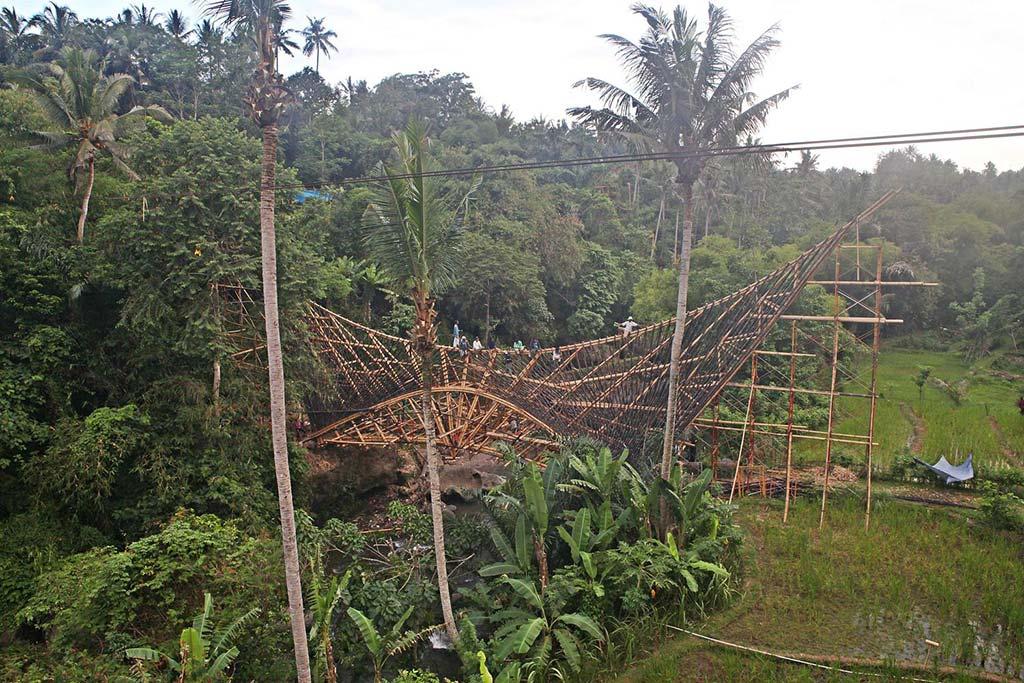 Строительство бамбукового моста на Бали Millenium Bridge