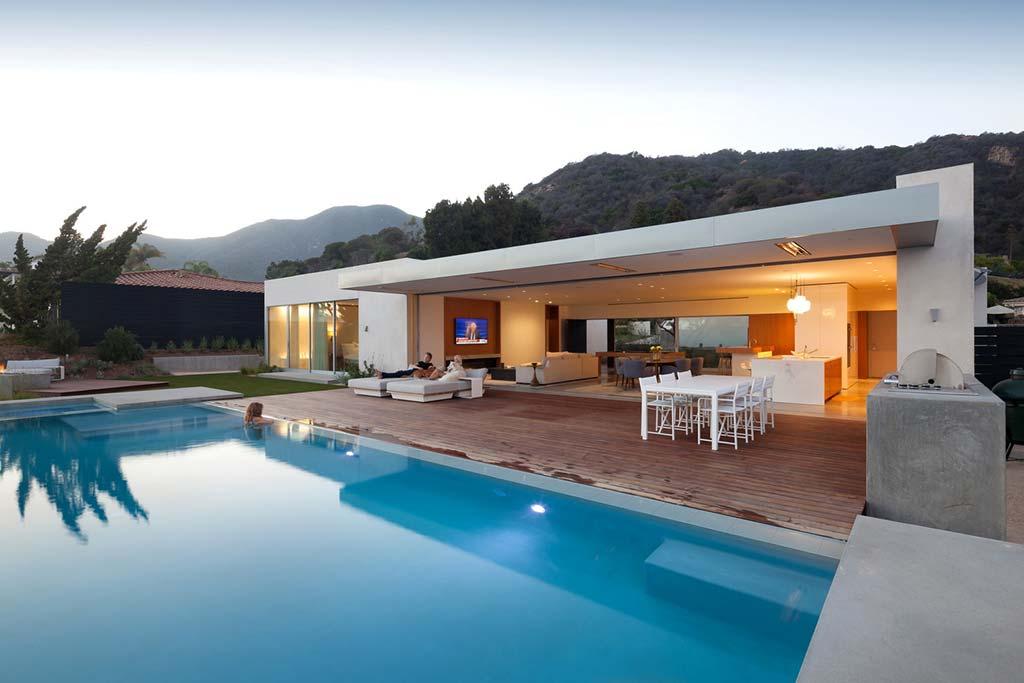 Современный дом с бассейном в Лос-Анджелесе
