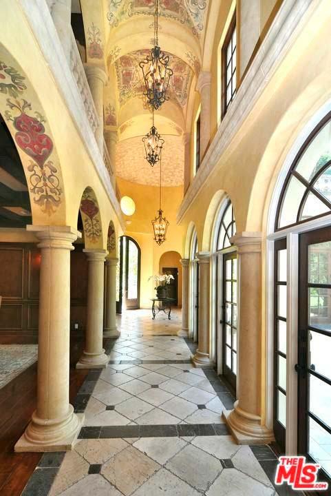 Холл с колоннами в доме Зигги Марли