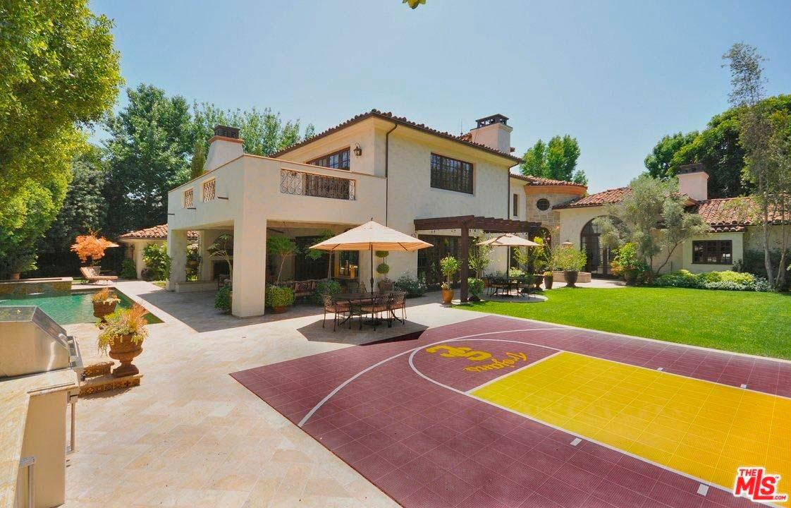 Баскетбольная площадка на заднем дворе дома