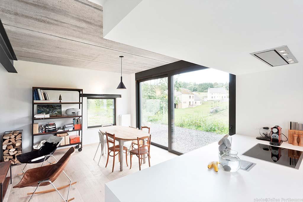 Дизайн кухни-столовой в доме от URBAN architectes