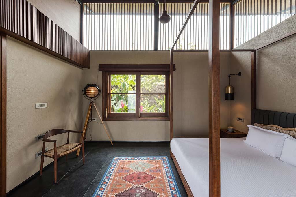 Латунны светильник в интерьере спальни от Spasm Design