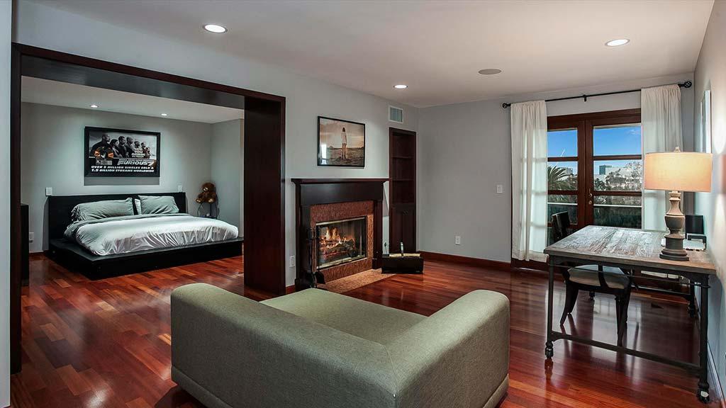 Спальня с зоной отдыха и двухсторонним камином