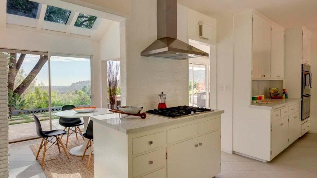 Кухня виллы с видом на горы