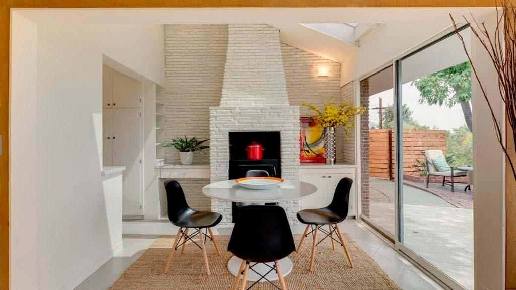 Дизайн комнаты с большим камином
