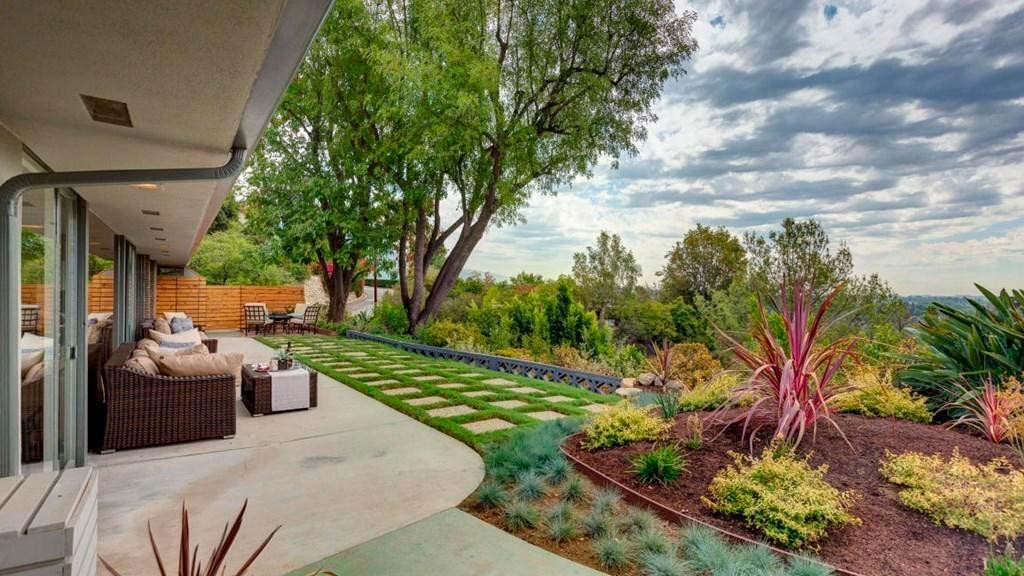 Вилла с красивым садом в Лос-Анджелесе