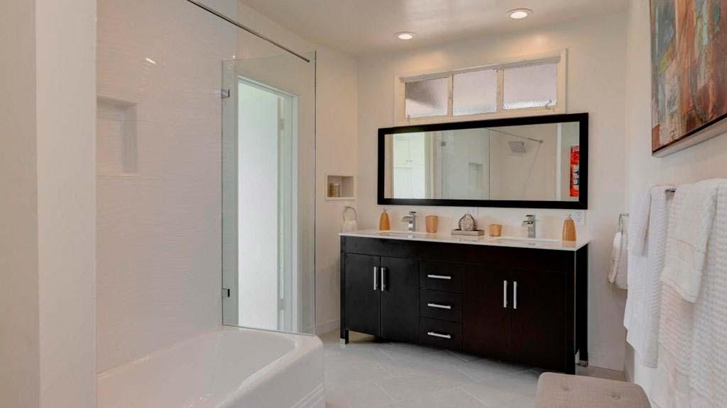 Чёрная мебель в белой ванной комнате