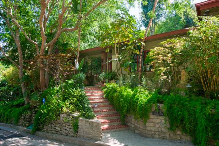 Дом актрисы Анны Фэрис посреди тропического сада