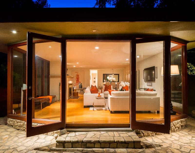 Входные стеклянные двери в дом актрисы Анны Фэрис