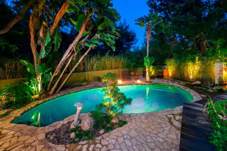 Бассейн с подсветкой посреди тропического сада у дома актрисы