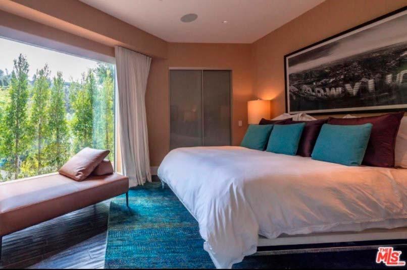 Панорамный вид на Лос-Анджелес из спальни