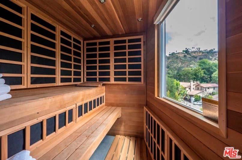 Сауна в доме Челси Хэндлер с видом на Лос-Анджелес