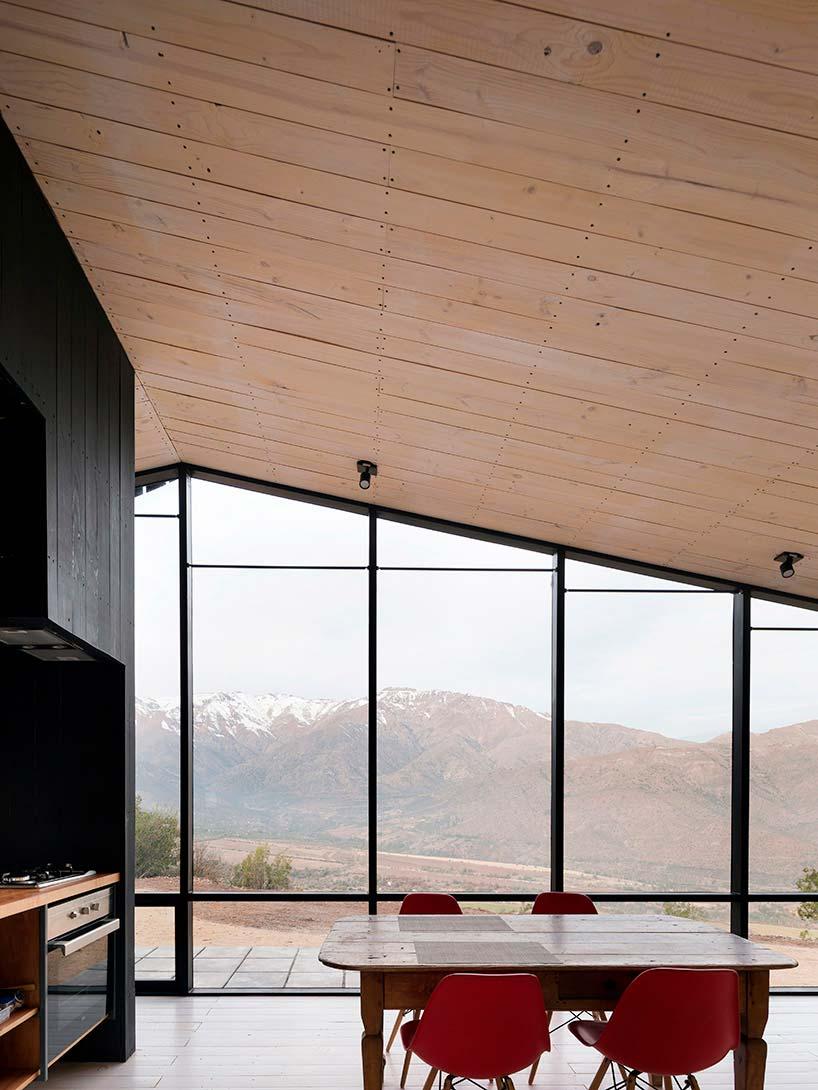 Кухня-столовая с панорамным видом на Чилийские Анды