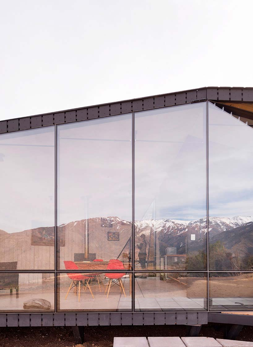 Окна от пола до потолка дома в горах Чили