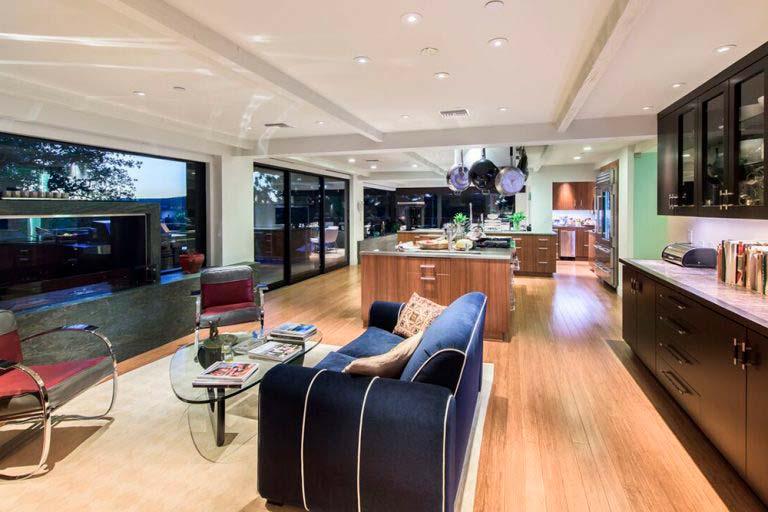 Большая кухня-столовая-гостиная в доме