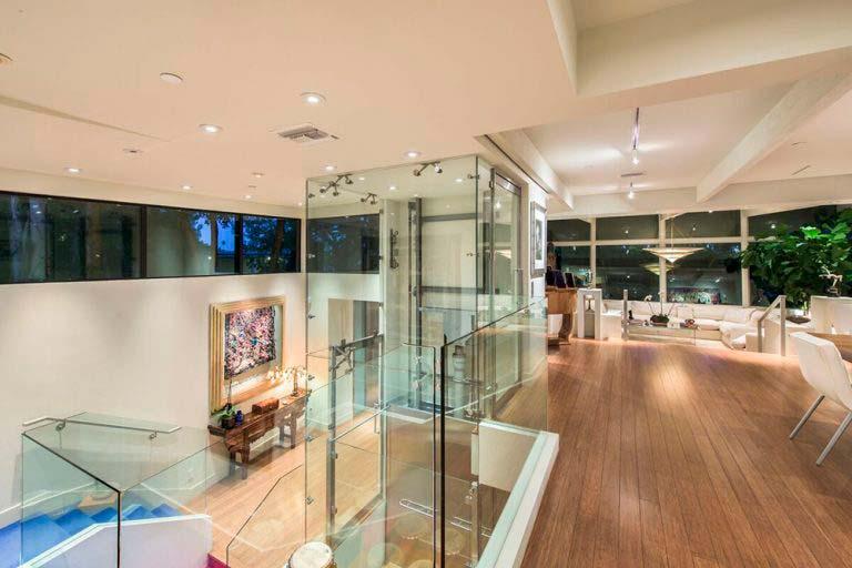 Стеклянный лифт в доме Джейн Фонды