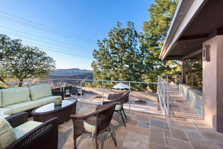 Обзорная площадка дома с видом на Лос-Анджелес и океан