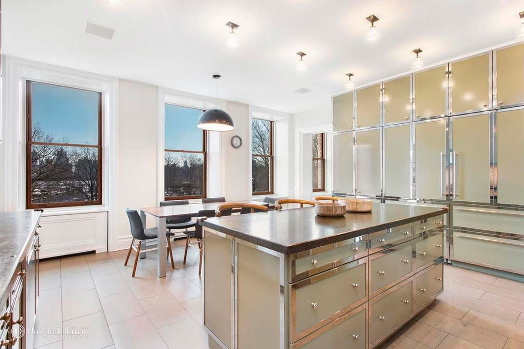 Кухня с островом в квартире на Манхэттене