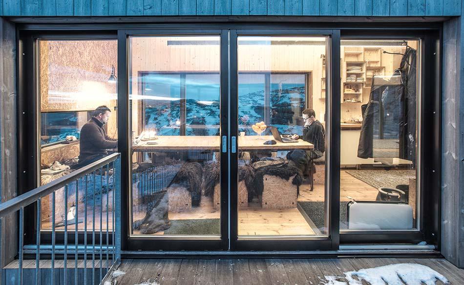 Деревянный коттедж со стеклянной дверью от TYIN Tegnestue