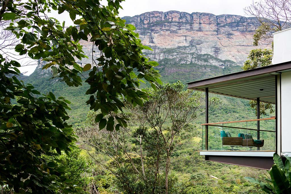 Красивый вид на долину Шапада-Диамантина с балкона дома