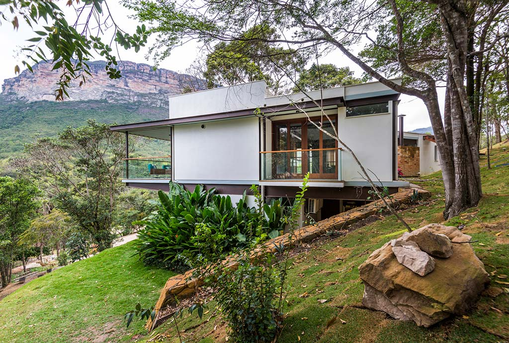 Дом на зеленом холме в Бразилии от G Arquitetura e Urbanismo