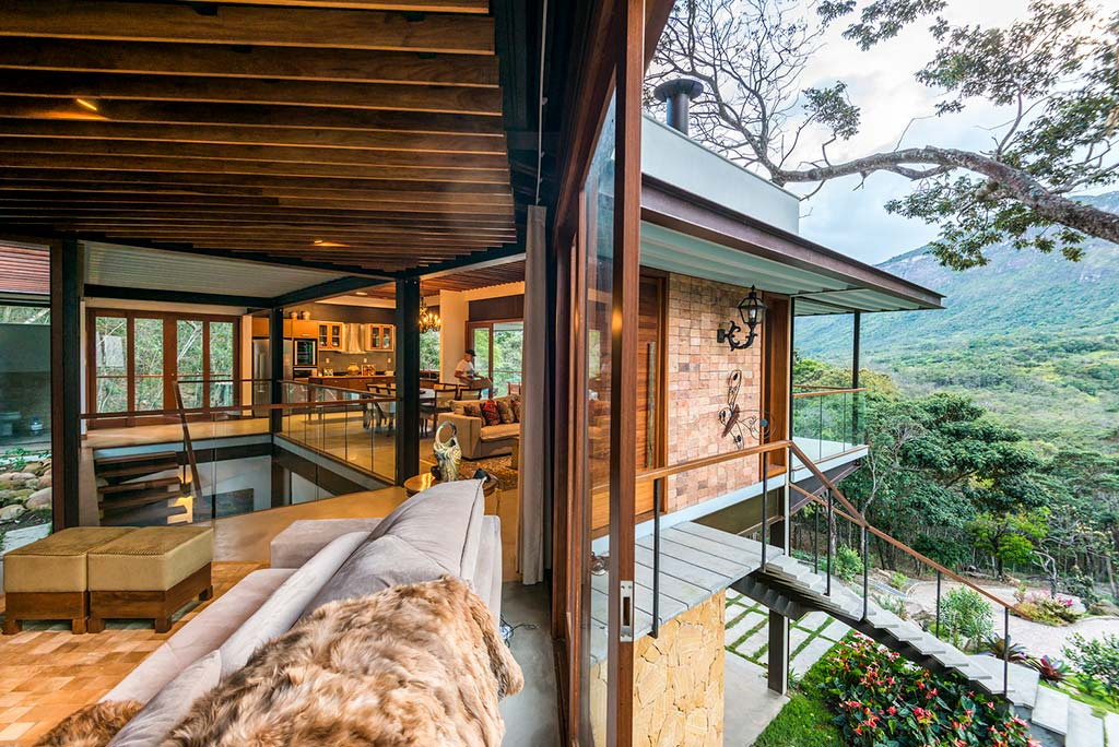 Раздвижные стеклянные стены в доме от G Arquitetura e Urbanismo
