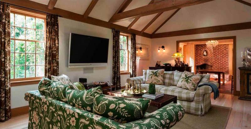 Гостиная с двумя диванами и сводчатым потолком
