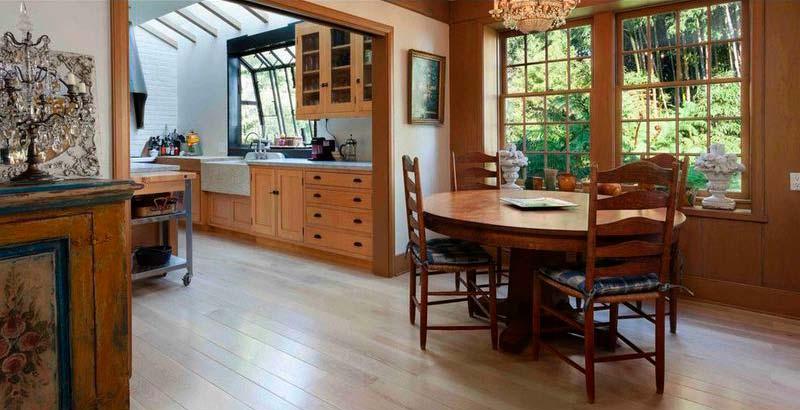 Обеденная зона с круглым столом на кухне