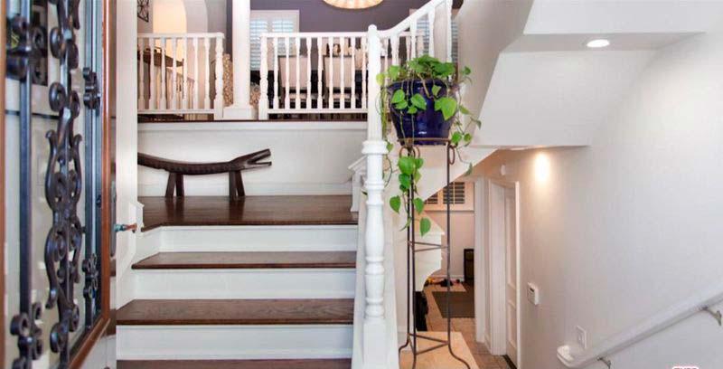 Деревянная лестница в трехэтажном доме