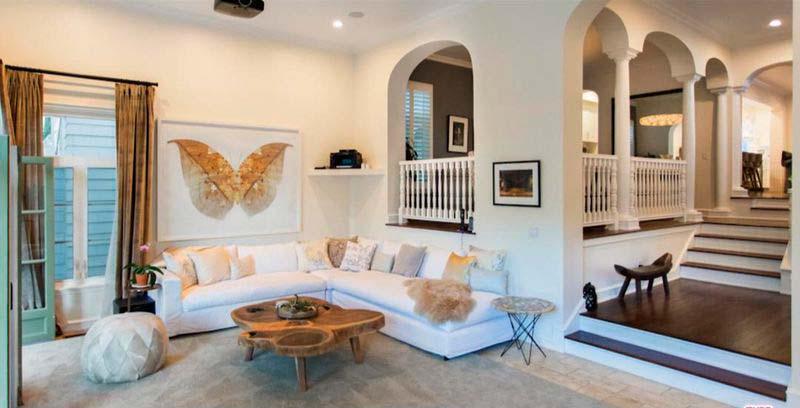 Белый угловой диван в дизайне интерьера