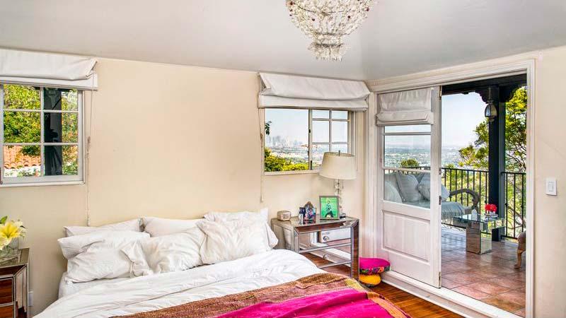 Спальня с балконом и видом на Лос-Анджелес