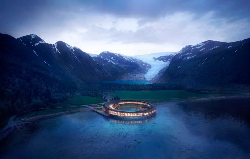Отель у подножия горы на берегу фьорда в Норвегии