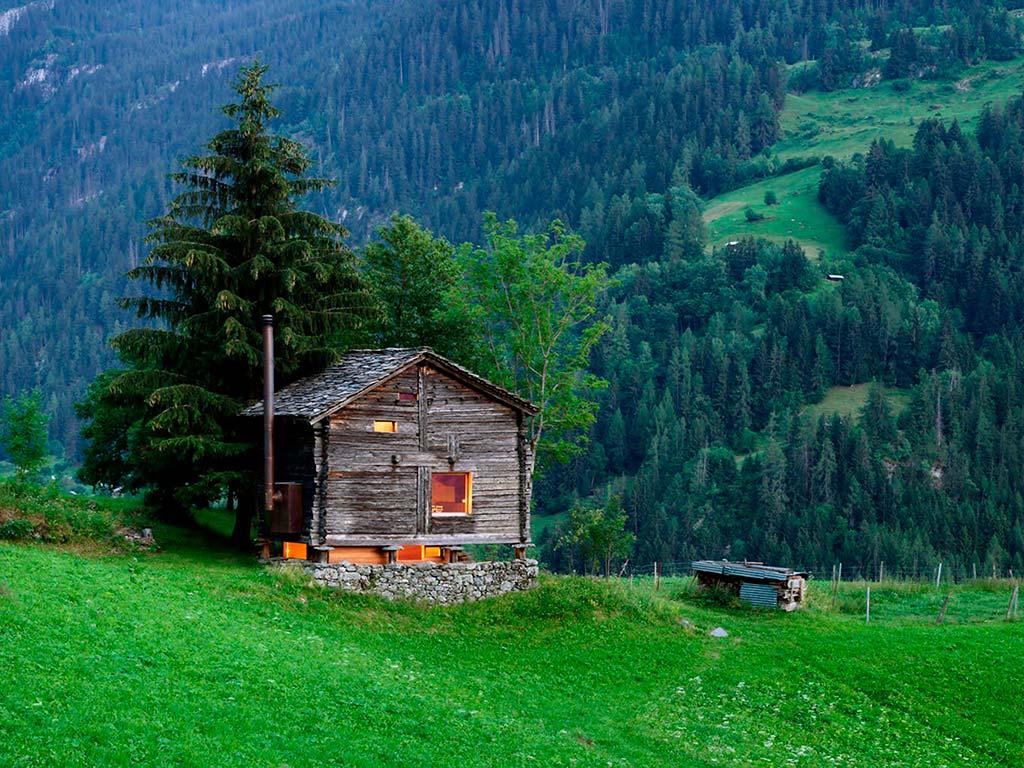 Дом на склоне холма в Швейцарских Альпах