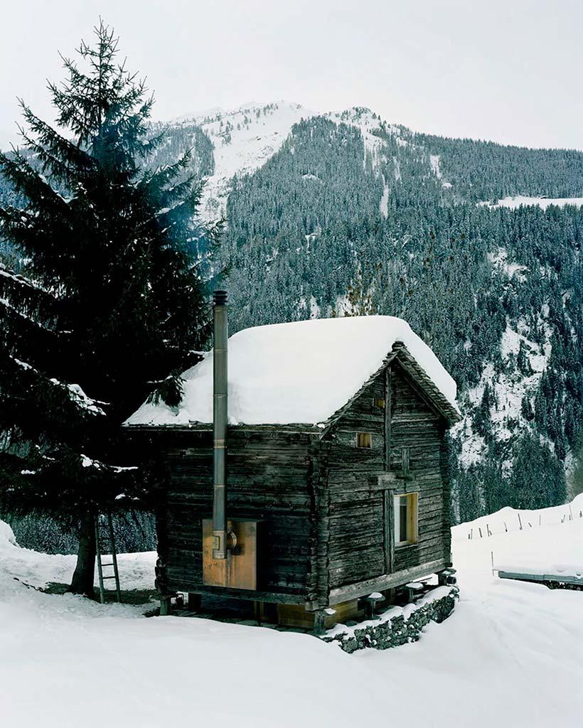 Домик в горах зимой в Швейцарских Альпах