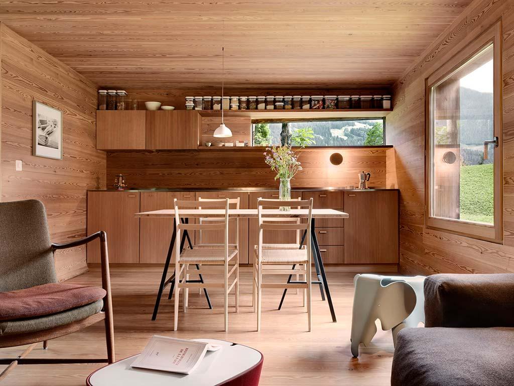 Натуральный дуб в дизайне кухни-столовой