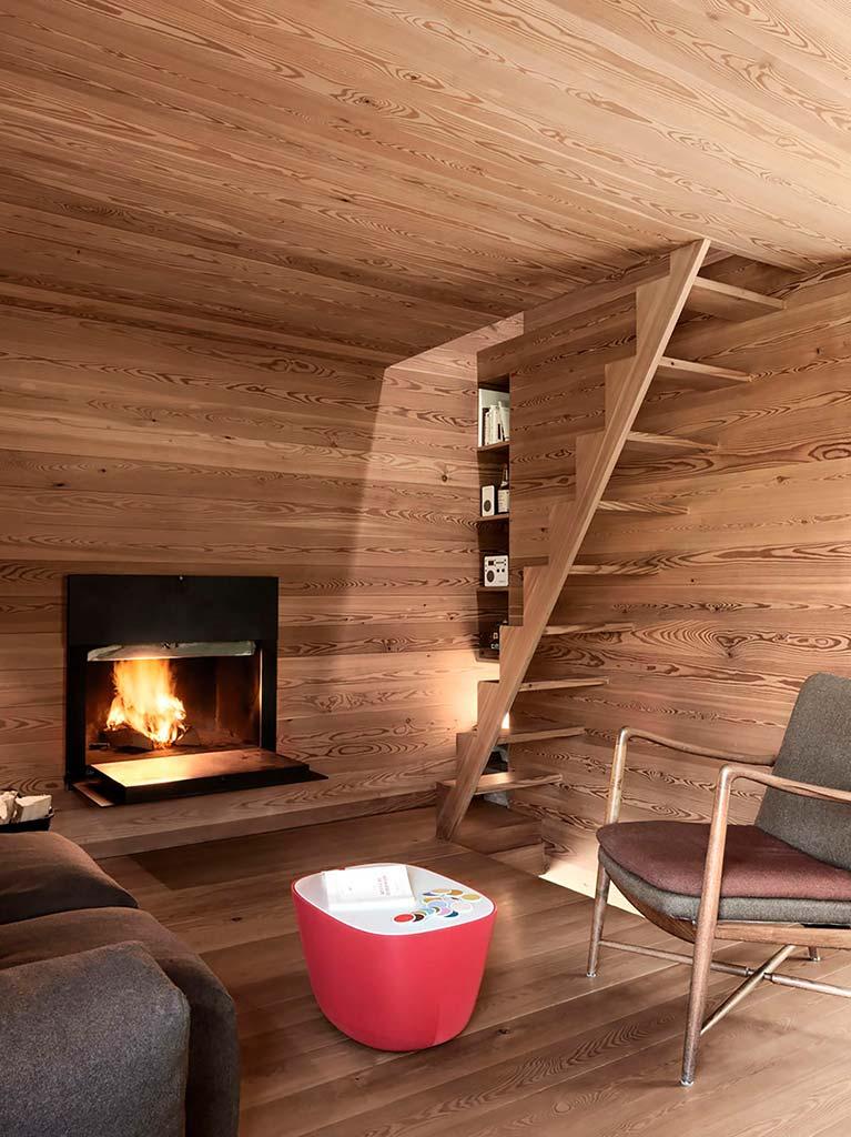 Уютная гостиная с камином и креслом