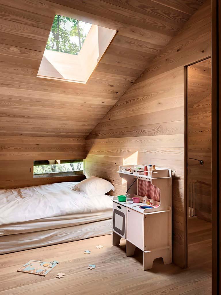 Натуральный дуб в дизайне спальни