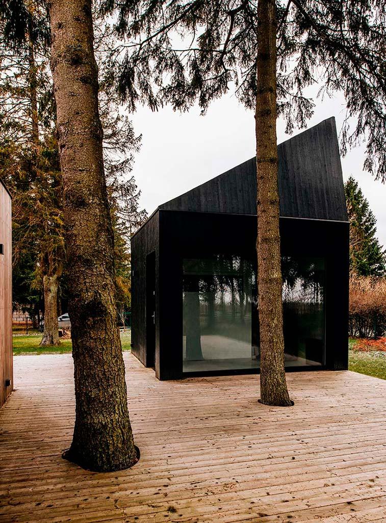 Деревянный дом с сауной и деревянной террасой