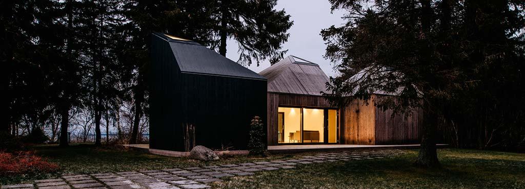 Деревянный дом в лесу для круглогодичного проживания