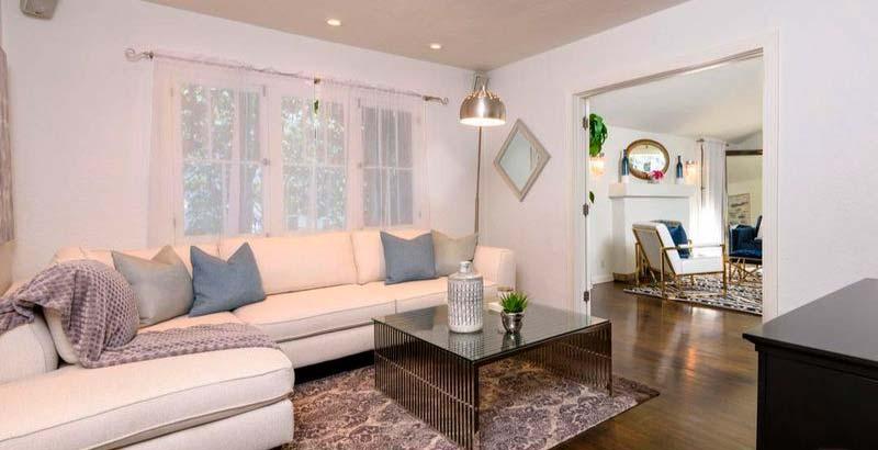 Гостиная с угловым диваном и стеклянным столом